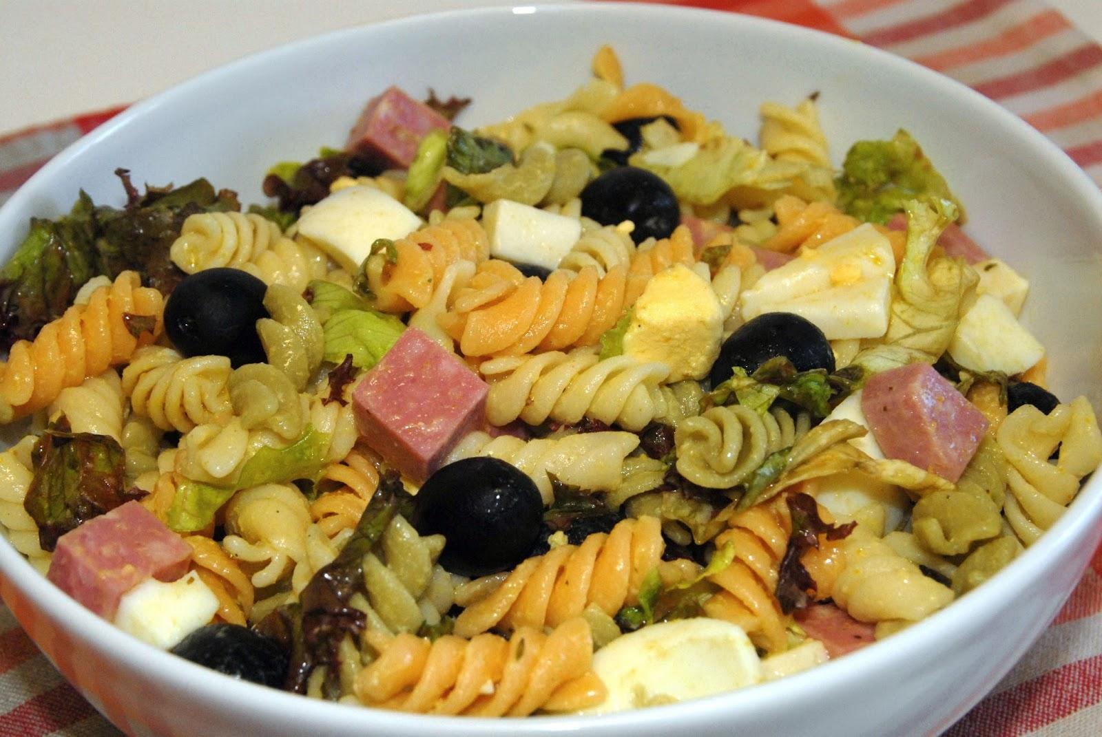 Receta paso a paso de una deliciosa ensalada de pasta con mortadela