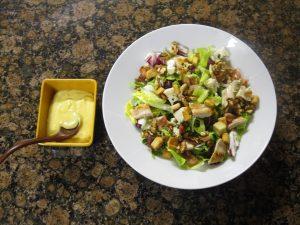 Ensalada de pollo y queso azul con salsa de miel y mostaza
