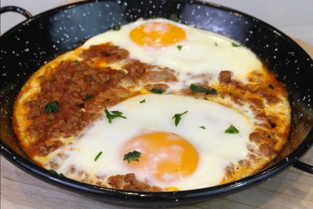 Receta fácil de una sartén de carne y huevos