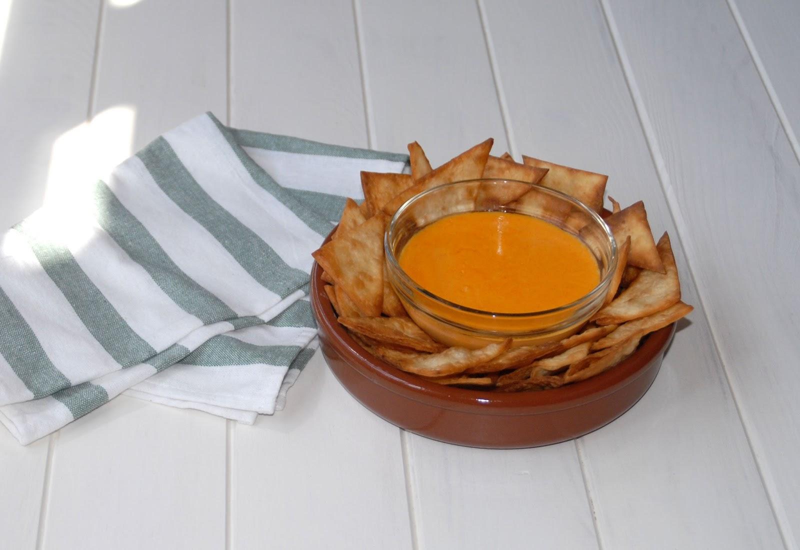 Receta de nachos rápidos con salsa de queso cheddar para dippear