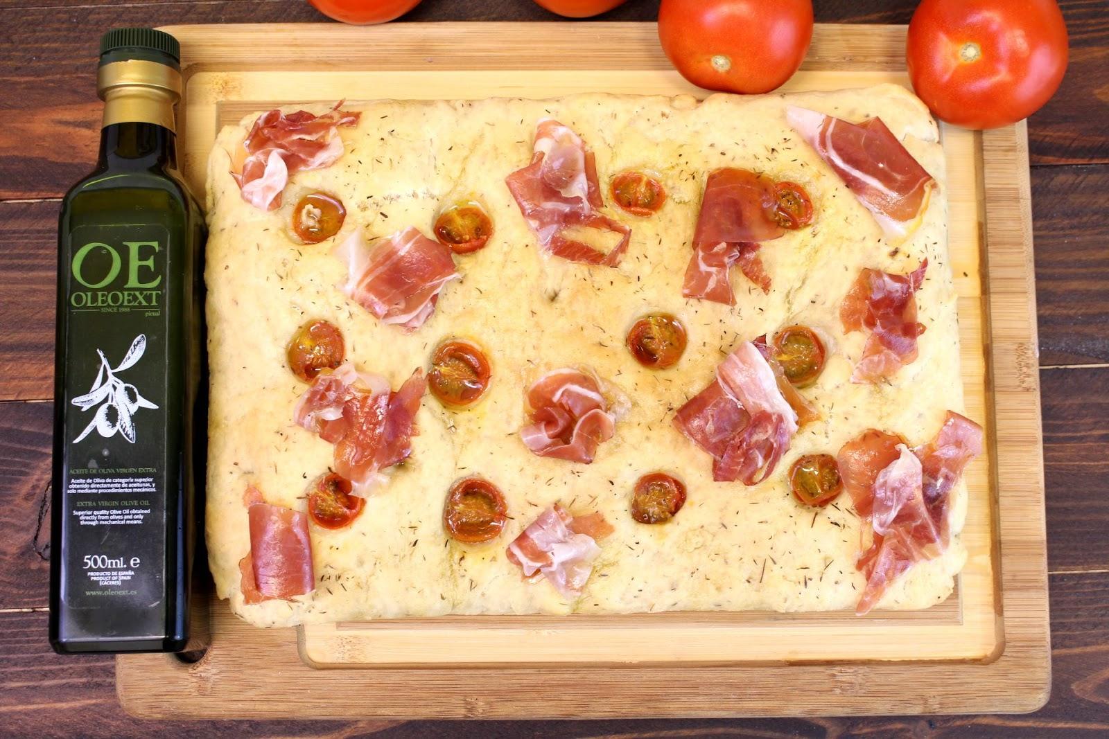 Receta de focaccia de jamón serrano con tomates cherry y tomillo