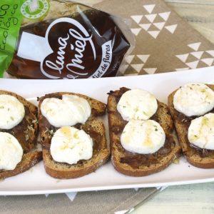 Receta de tostas de cebolla caramelizada con queso de cabra y toque de miel