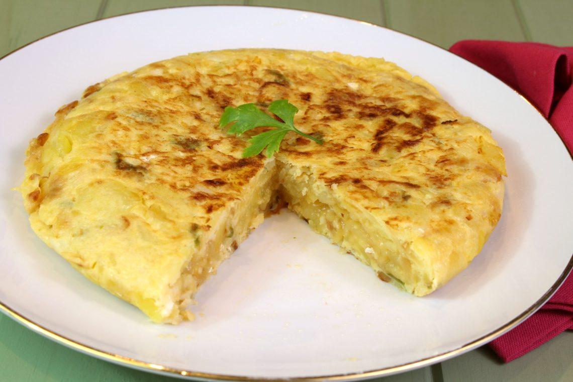 Receta de tortilla de patata con bacalao y cebolla caramelizada
