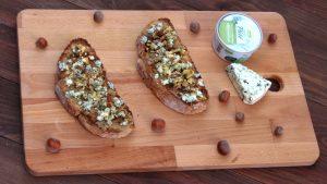 Receta de tostas de paté, queso, frutos secos y miel