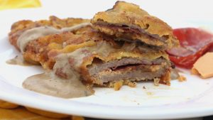 Receta de cachopines de jamón ibérico, queso afuega'l pitu y cebolla caramelizada con salsa de setas