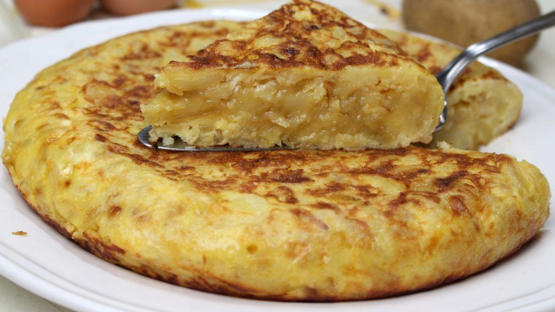 Receta de tortilla de patata con cebolla caramelizada y queso de cabra