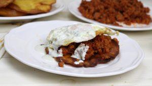 Receta de tortos de maíz con picadillo, huevo y salsa cabrales