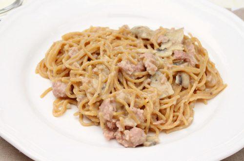 Receta de pasta con salchichas frescas y champiñones en Thermomix